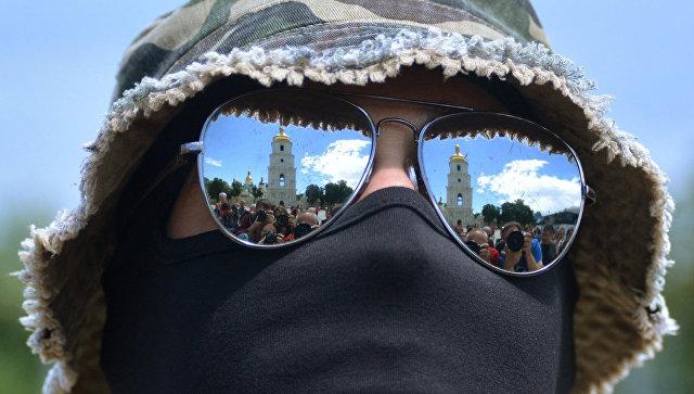 Боец батальона Азов на Софийской площади в Киеве