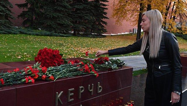 Девушка возлагает цветы на памятник городу-герою Керчи в Александровском саду в Москве в знак траура по погибшим при взрыве в колледже в Керчи