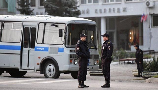 Сотрудники правоохранительных органов у здания Политехнического колледжа в Керчи, в котором произошли взрыв и стрельба. 18 октября 2018