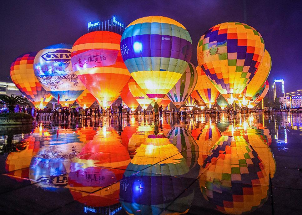 Воздушные шары на площади в провинции Гуйчжоу, Китай