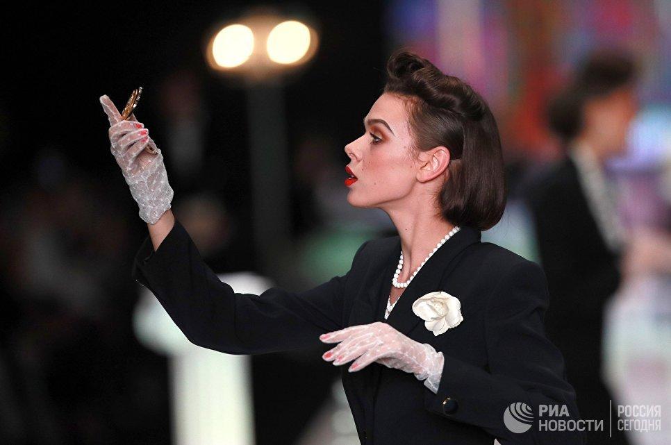 Модель демонстрирует одежду из коллекции Вячеслава Зайцева Русские сезоны в Париже на Mercedes-Benz Fashion Week Russia