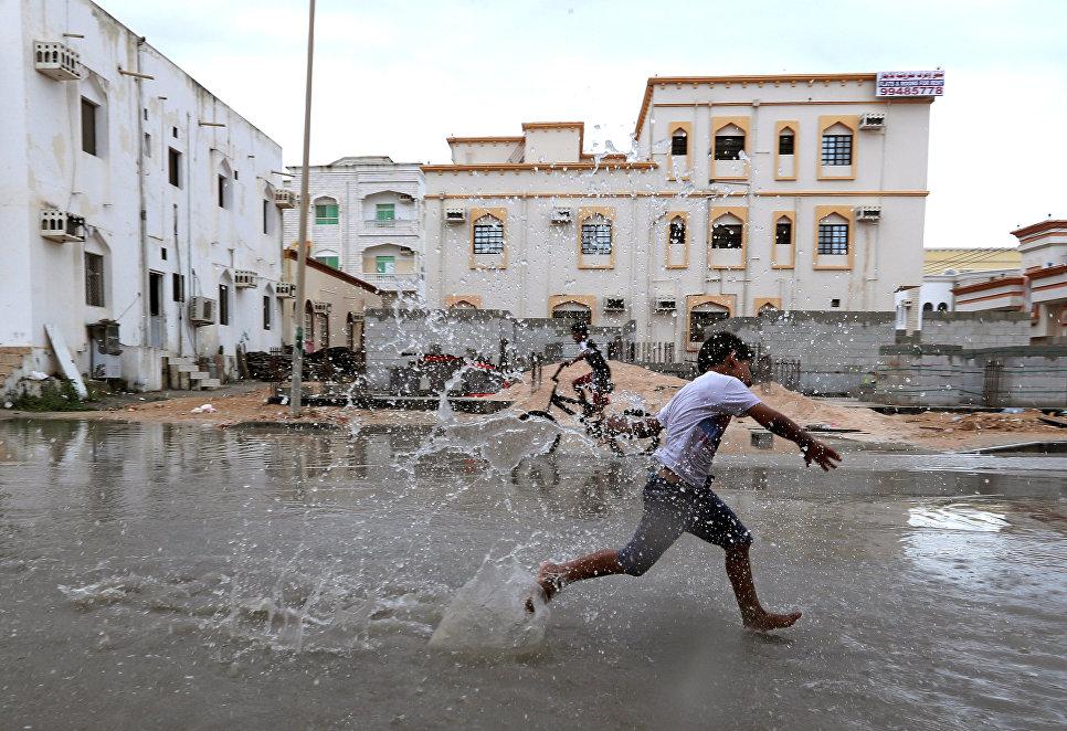 Дети играют в Салала, Оман. 13 октября 2018 года