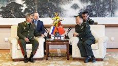 Министр обороны РФ генерал армии Сергей Шойгу и зампред Центрального военного совета КНР Чжан Юся во время встречи в Пекине. 19 октября 2018