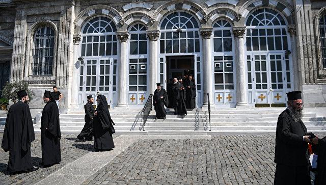 Служители Константинопольского патриархата у церкви Святой Троицы в Стамбуле