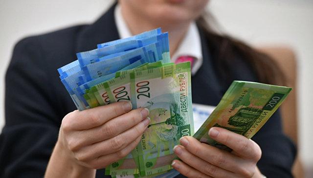 Купюры номиналом 200 и 2000 рублей. Архивное фото