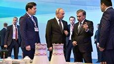 Президент РФ Владимир Путин и президент Узбекистана Шавкат Мирзиеев осматривают макет проекта строительства АЭС в районе озера Тудакуль