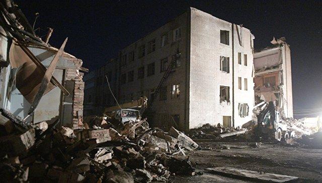 Разбор завалов пожарно-спасательными подразделениями МЧС РФ на заводе пиротехники Авангард в Гатчине Ленинградской области, где произошел взрыв. 19 октбря 2018