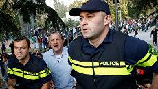 Кандидат в президенты на предстоящих выборах в Грузии Зураб Джапаридзе во время задержания на фестивале легализации конопли в Тбилиси. 20 октября 2018