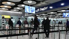 Авиапассажиры проходят таможню в аэропорту Хитроу