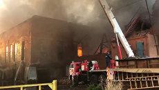 Сотрудники противопожарной службы во время тушения пожара на заводе Электроцинк во Владикавказе. 21 октября 2018