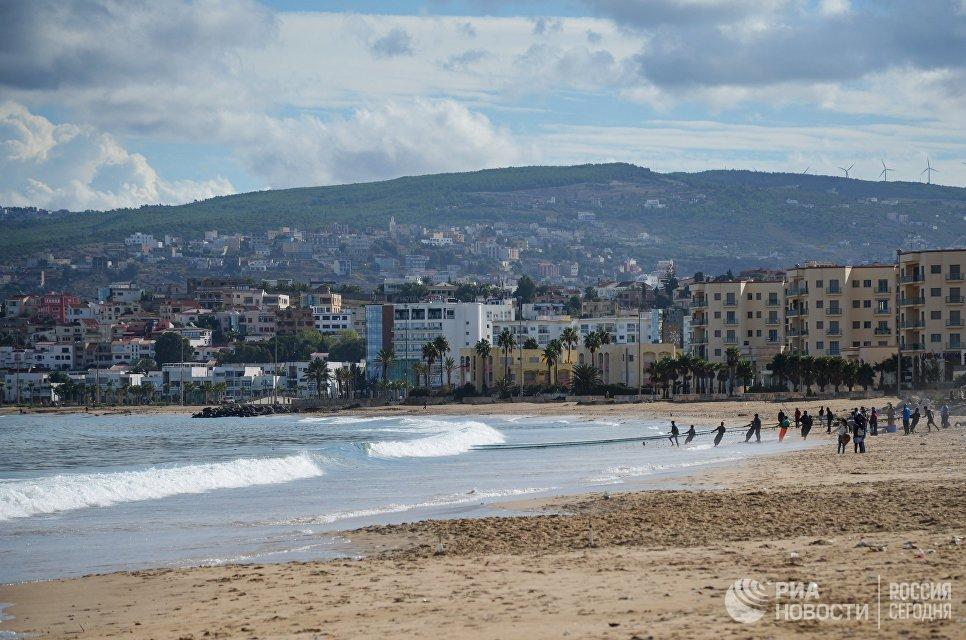 Люди на пляже в городе Танжер