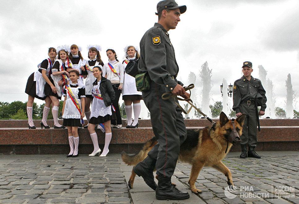 Выпускники московских школ гуляют на Поклонной горе в праздник Последнего звонка