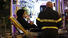 Медики оказывают помощь пострадавшему при обрушении эскалатора на станции метро Repubblica в центре Рима