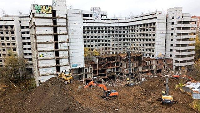 Начало работ по сносу недостроенного здания больницы на Клинской улице в Ховрино