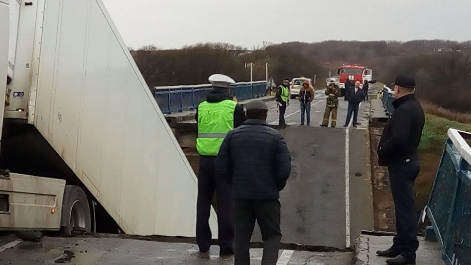 Автомобильный мост в районе села Осиновка в Михайловском районе Приморского края, обрушившийся во время проезда по нему большегрузного автомобиля Volvo. 26 октября 2018
