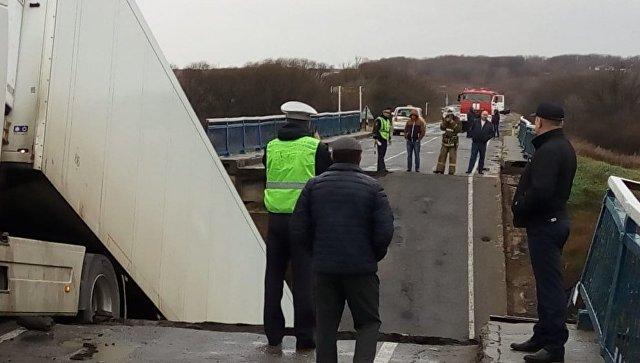 Водитель ехавшей по обрушившемуся мосту в Приморье фуры не пострадал