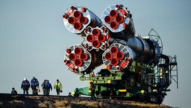 Вывоз ракеты-носителя Союз-ФГ с пилотируемым кораблем Союз МС-10 на стартовый стол первой Гагаринской стартовой площадки космодрома Байконур. Архивное фото