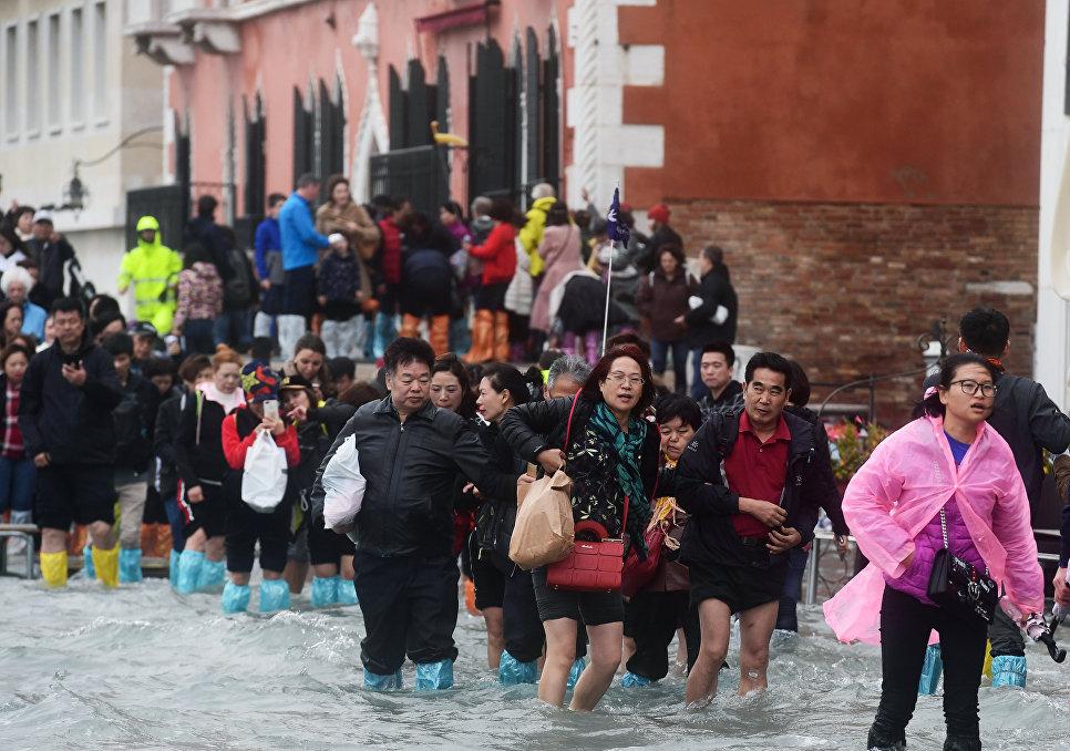 Туристы на затопленной набережной  Рива дельи Скьявони в Венеции. 29 октября 2918 года