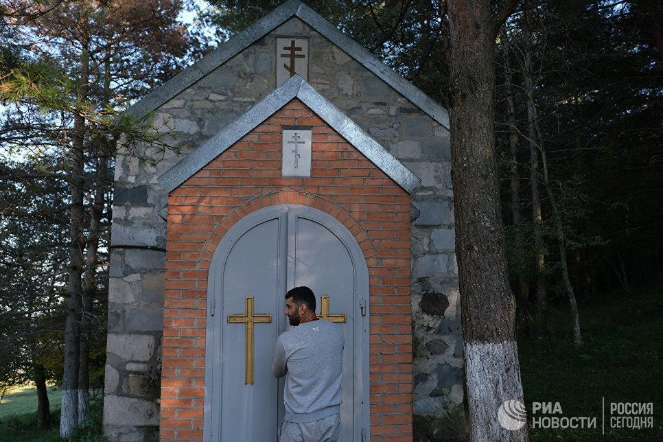 Житель села Балта Вано открывает часовню.