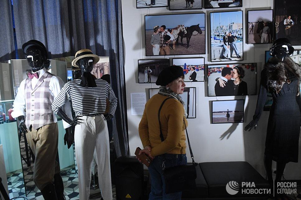 Посетительница выставки  «Путешествия как искусство».