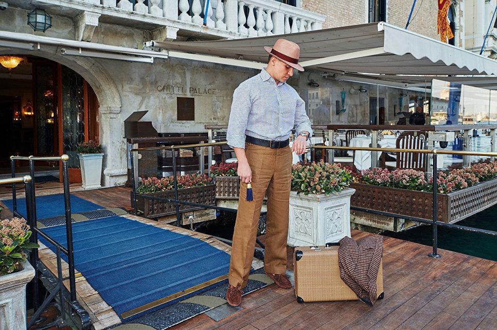 Гость перед входом в отель «Гритти Палас», Венеция