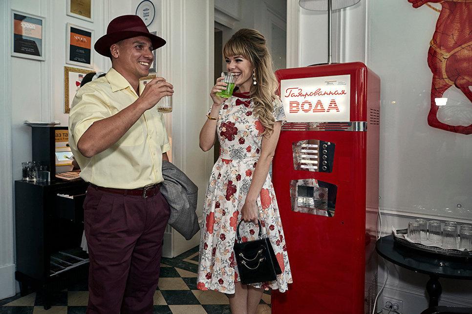 Пара у питьевого автомата, гостиница «Националь», Москва