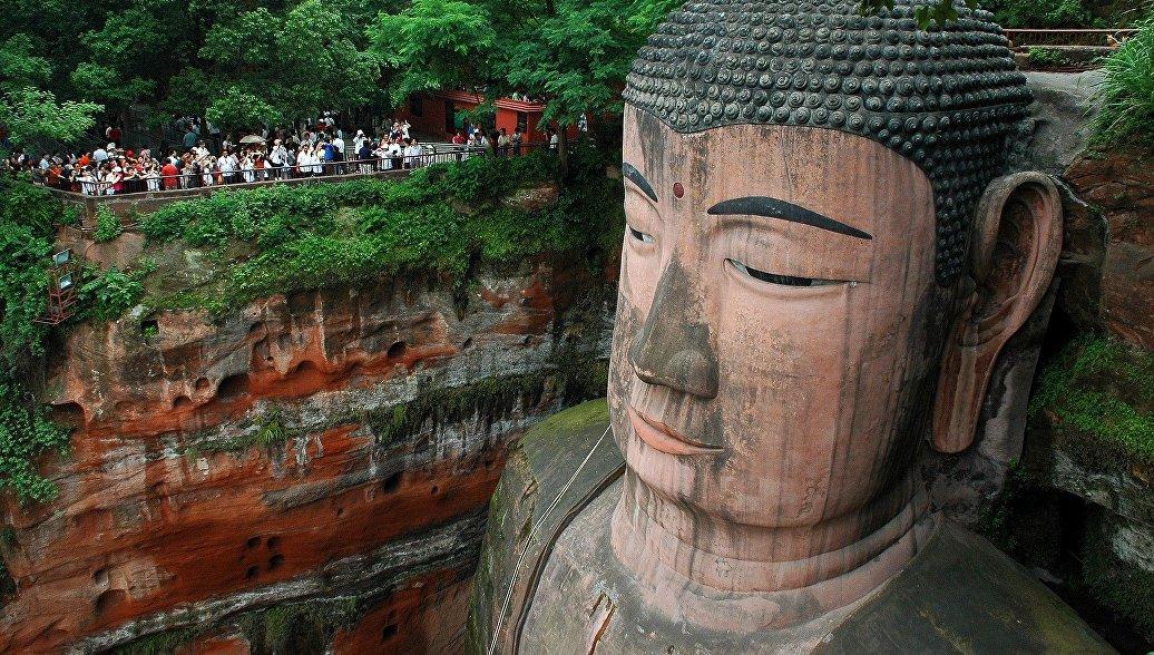 На животе самого большого в мире Будды нашли трещины