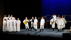 Артисты спектакля-концерта Сергей Есенин на сцене драматического театра Галерка в Омске