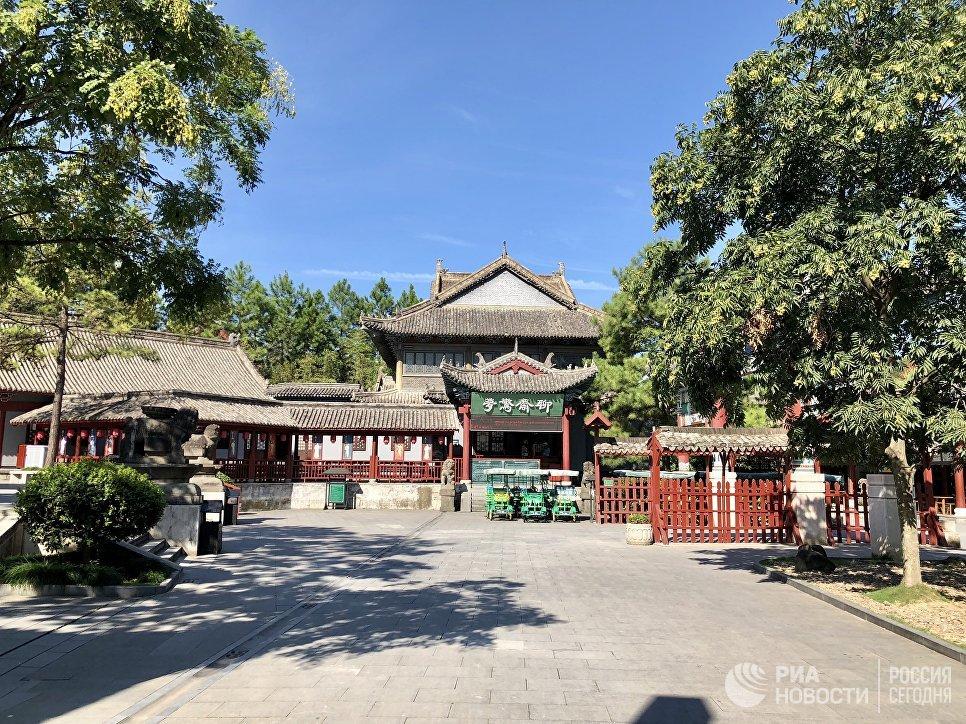 Электромобили в центре киноматографии «Цинминшанхэту», Хэньдян, Чжэцзян, Китай