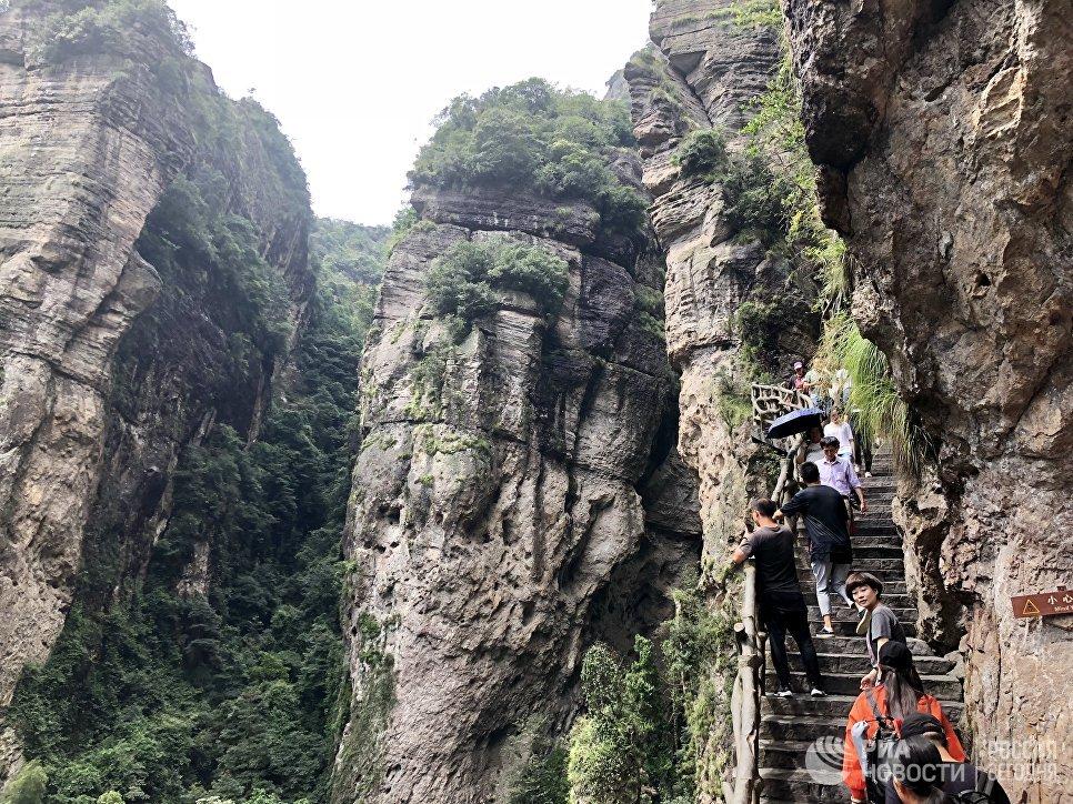 Туристы в геологическом парке Яньданшань, Чжэцзян, Китай