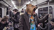 Работа немецкого фотографа Фрэнка Херфорта Медведь в метро