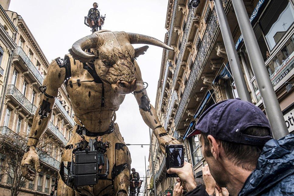 15-метровый Минотавр на улице Тулузы в рамках масштабной выставки