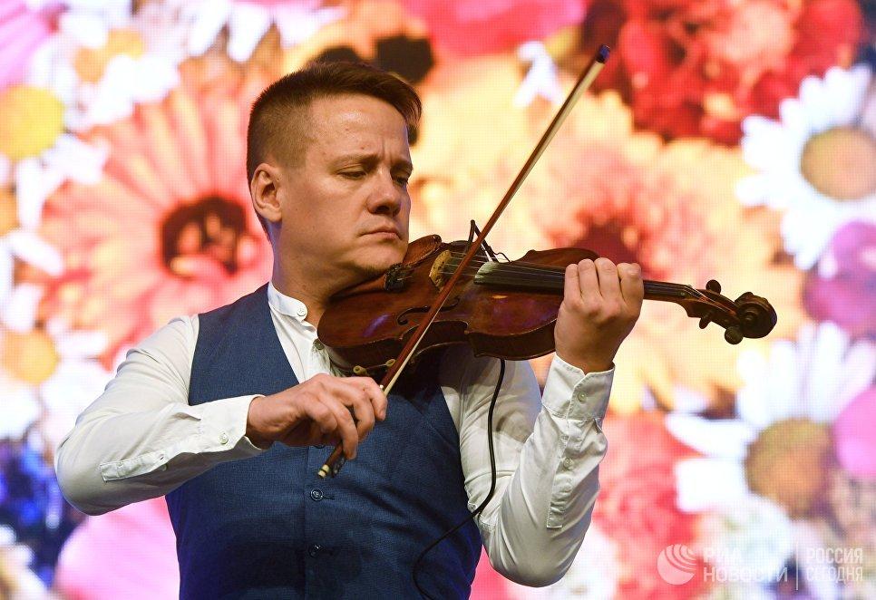 Скрипач-виртуоз Степан Мезенцев на фестивале творчества, посвященном Великому стоянию на реке Угре в 1480 году, в Калуге