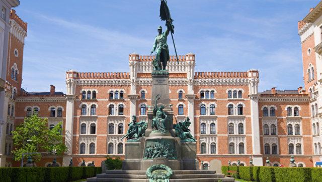 Памятник в честь победы австрийской армии в битве при Зенте на фоне здания министерства обороны Австрии. Архивное фото