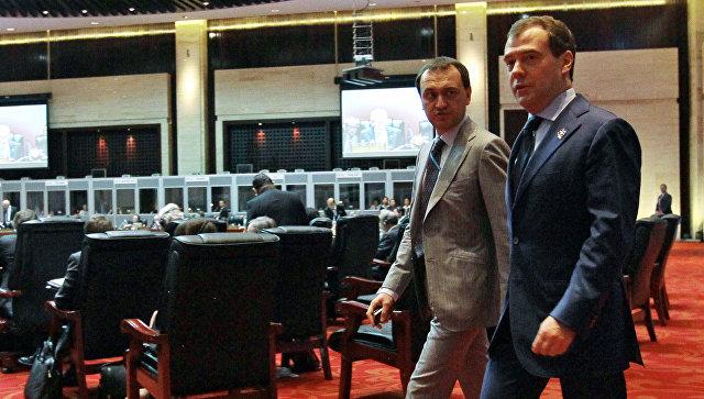 Председатель правительства России Дмитрий Медведев и директор департамента протокола правительства Сергей Соболев