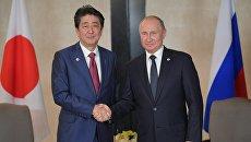 Президент РФ Владимир Путин и премьер-министр Японии Синдзо Абэ во время встречи в Сингапуре. 14 ноября 2018