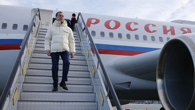 Медведев ваэропорту Владивостока встретился сврио губернатора Приморья