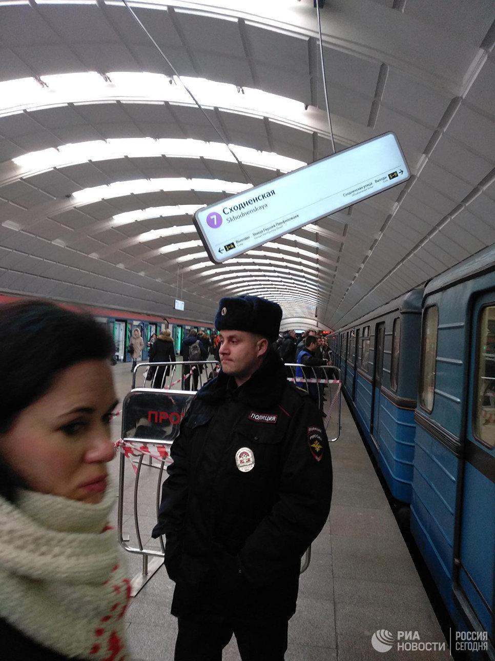 """В Москве на платформе станции метро """"Сходненская"""" оборвалось табло"""