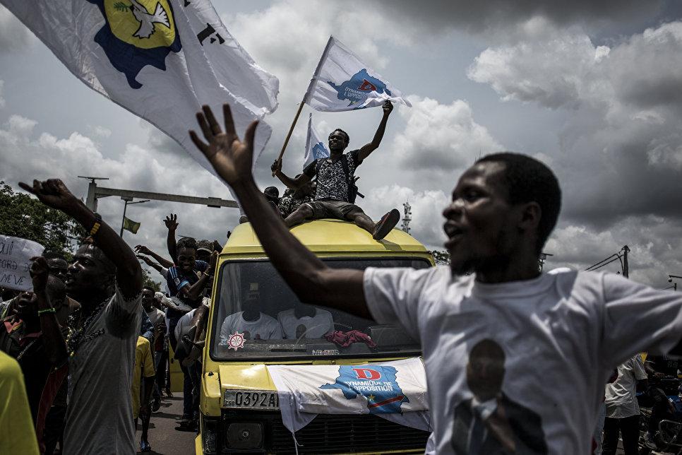 Сторонники кандидата в президенты Демократической Республики Конго Мартина Файулу поют и танцуют перед его прибытием в Киншасу, чтобы начать свою кампанию. 21 ноября 2018 года