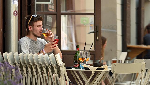 Мужчина в кафе старого города в Вильнюсе