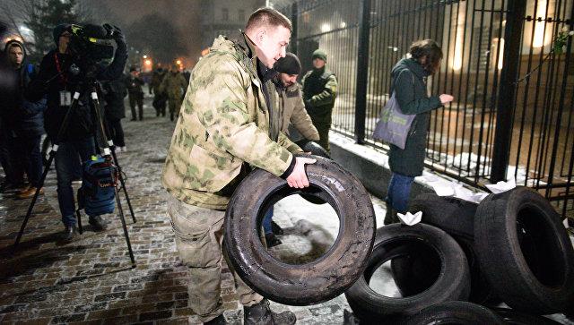 СК возбудил два дела после нападения на диппредставительства на Украине