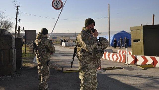 Украинские пограничники на контрольно-пропускном пункте. Архивное фото