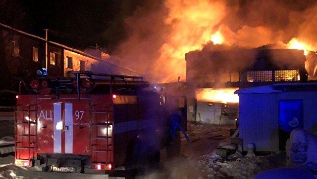 В Нижневартовске ликвидировали открытое горение на мебельном складе