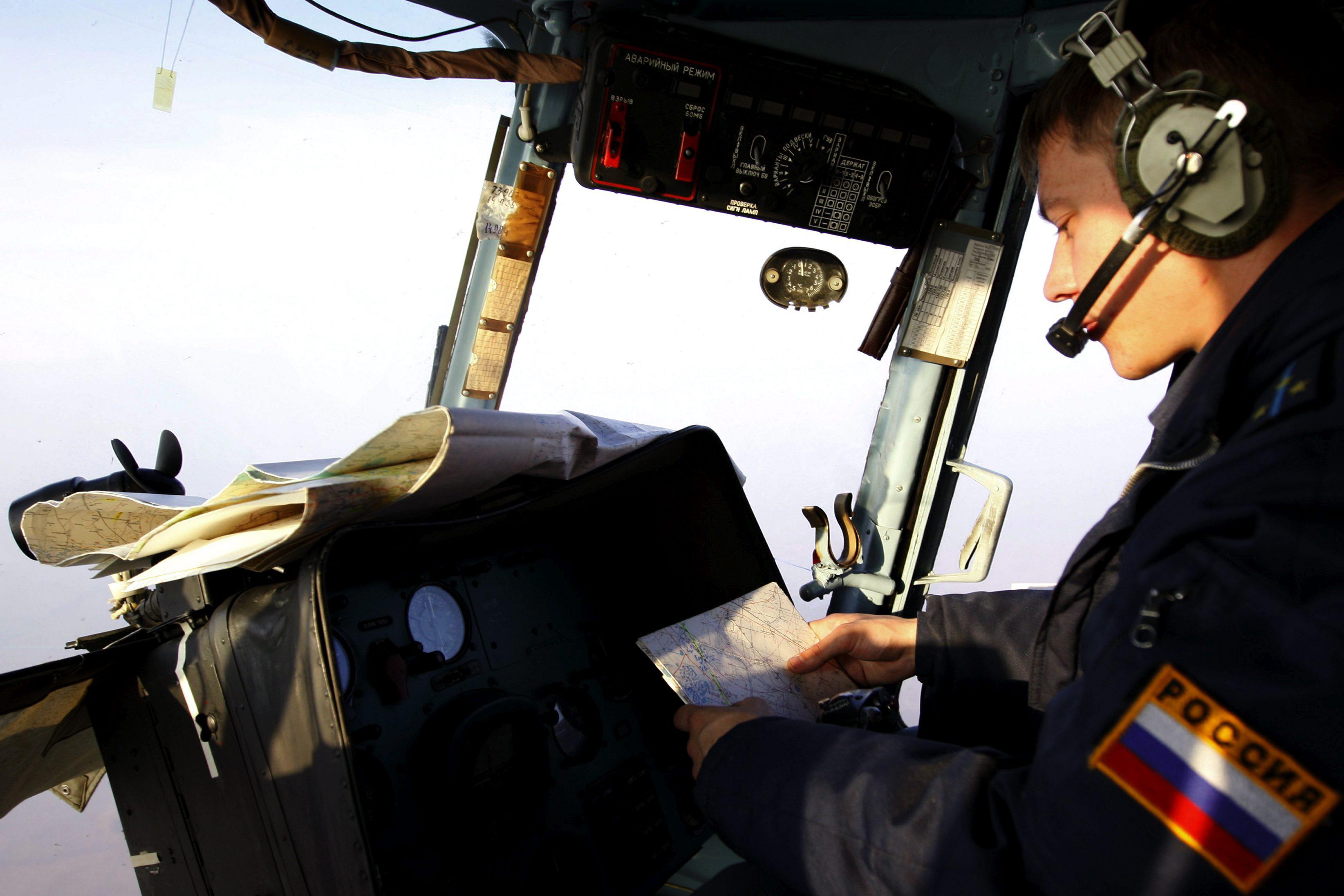 Пилот за штурвалом вертолета Ми-8