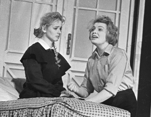 Е. Немченко и Т. Доронина в спектакле Моя старшая сестра , БДТ. Архив