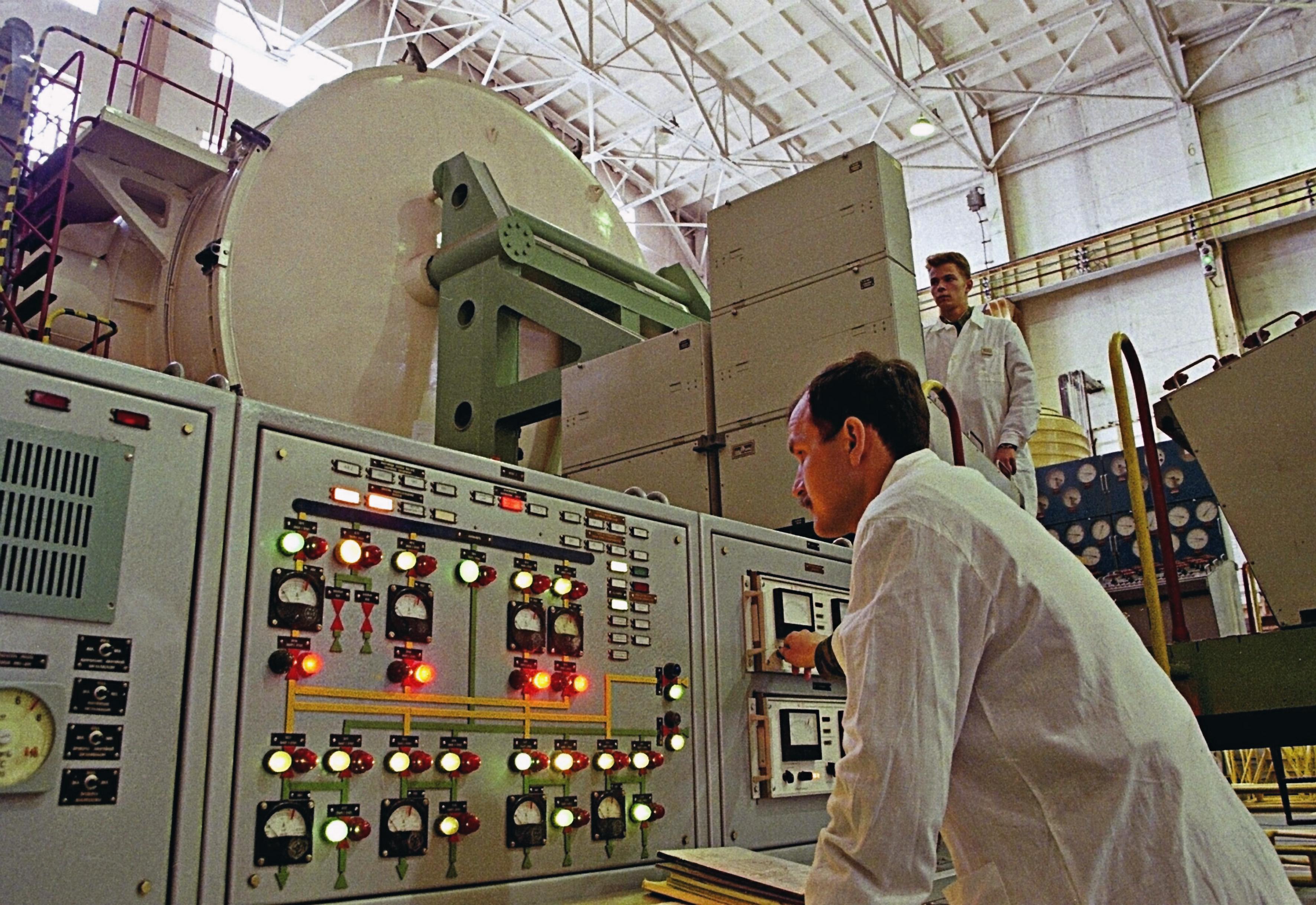 Проверка космического аппарата на космодроме Плесецк