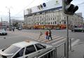 Красно-белый пешеходный переход на Триумфальной площади