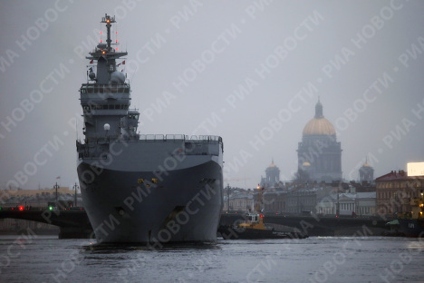 Французский военный корабль-вертолетоносец класса Мистраль в Санкт-Петербурге
