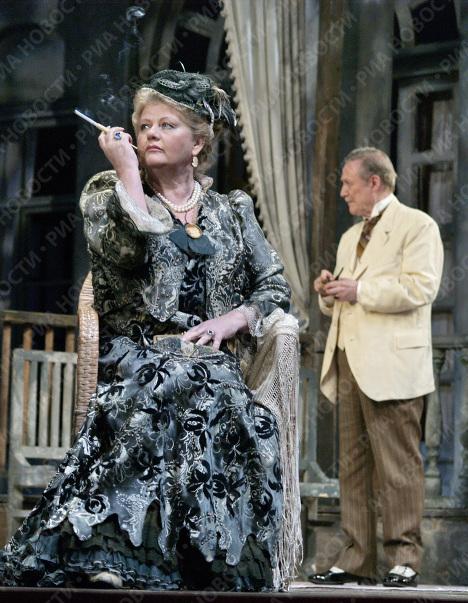 Народная артистка России Ирина Муравьева в сцене из спектакля по пьесе А.П.Чехова Чайка