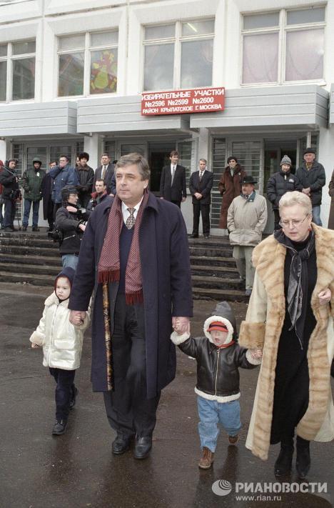 Управляющий делами президента РФ Бородин идет на избирательный участок